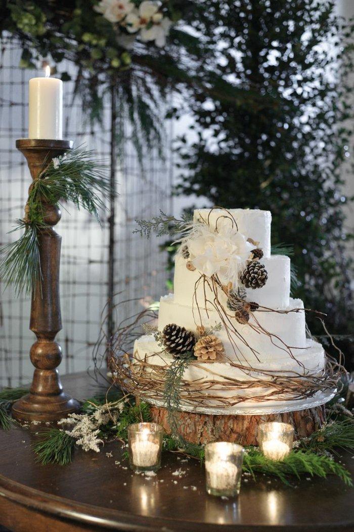 weihnachtliche-Dekoration-Tischdeko-Kerzen-Kuchen-Zapfen-Erlenzweige