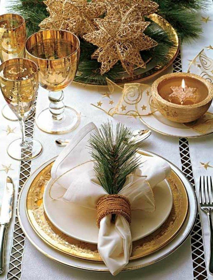 weihnachtliche-Tischdeko-goldene-Elemente-Erlenzweige-elegant-stilvoll