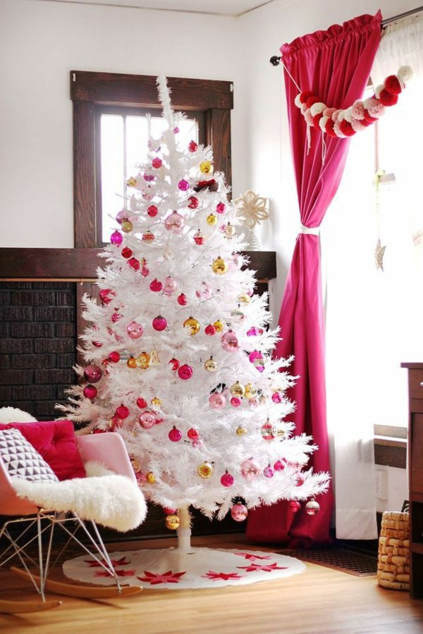 weihnachtsbaum-künstlich-kokett-süß-weiß-rosa-Spielzeuge