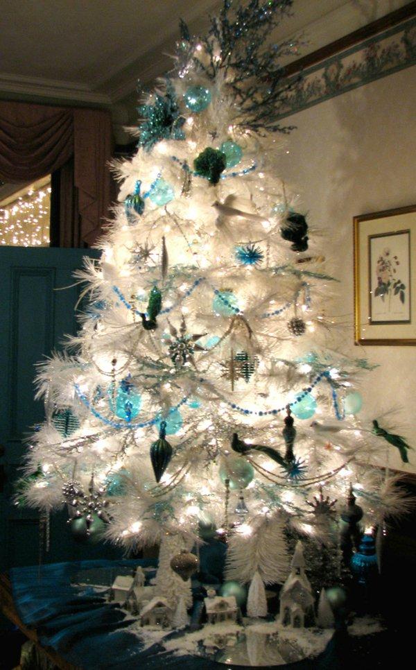 weihnachtsbaum-künstlich-weiss-Girlanden-Spielzeuge