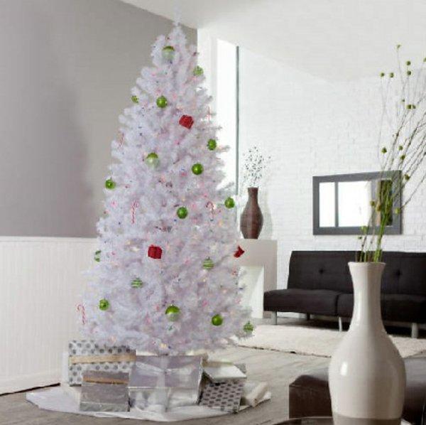 weihnachtsbaum-künstlich-weiss-grüne-rote-Spielzeuge-Geschenke-silberne-Verpackung