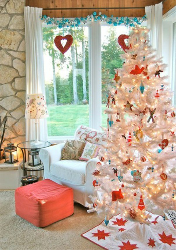 weihnachtsbaum-künstlich-weisser-Tannenbaum-Spielzeuge-dekorative-Herzen
