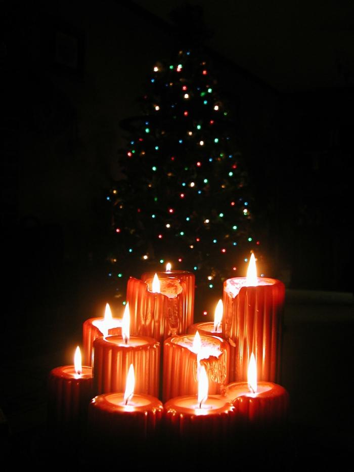 weihnachtsdeko-Tannenbaum-rote-Kerzen