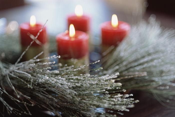 weihnachtsdeko-Tischdekoration-Grün-rote-Kerzen