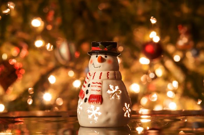 weihnachtsdeko-kleiner-Schneeman-Porzellan-Souvenir-Leuchten