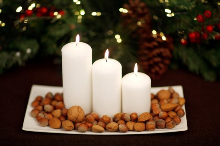 weihnachtsdeko-selber-machen-Teller-Nüsse-weiße-Kerzen-wunderschöne-Tischdekoration