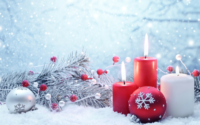 Weihnachtsdekoration-Ideen-selber-machen-kokette-Zusammensetzung-rote-Kerzen-Schnee