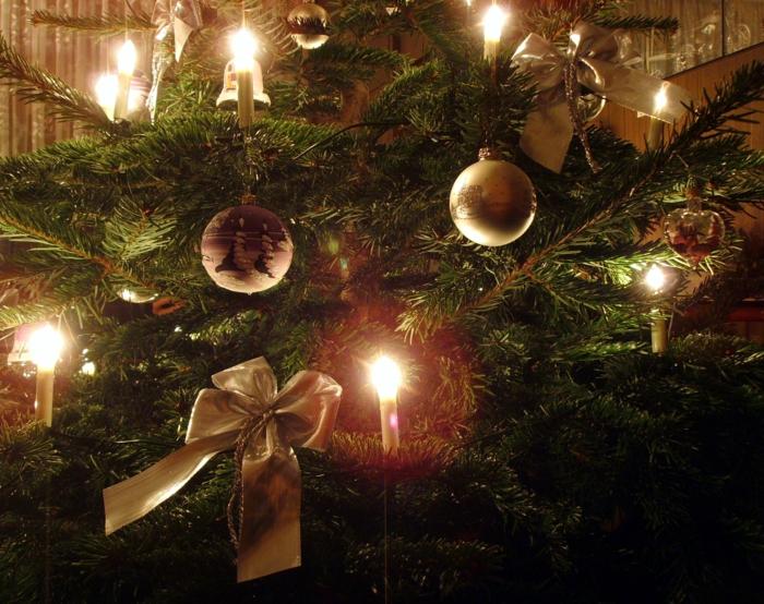 weihnachtsdekoration-ideen-Tannenbaum-goldener-Schmuck-Kugeln-Bänder