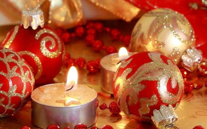 weihnachtsdekoration-ideen-kerzen-kugeln-rot-golden