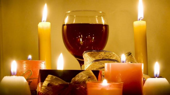 weihnachtsdekoration-ideen-schöne-Tischdekoration-Weinglas-Kerzen-Bänder