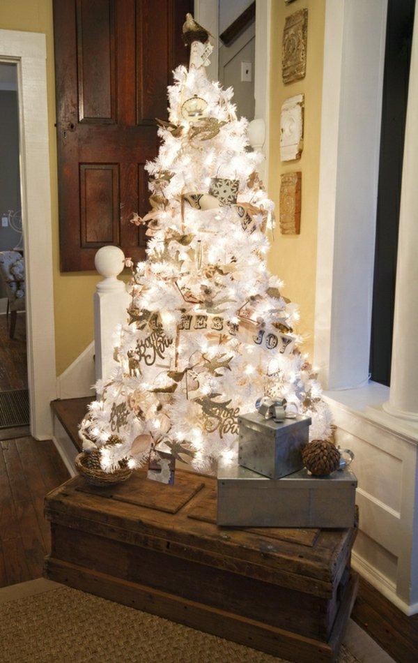 weisser-Tannenbaum-Geschenke-Leuchten-Kasten-Holz