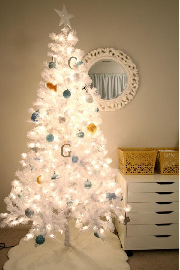 weisser-Tannenbaum-Leuchten-Kugeln-shabby-chic-Einrichtung-weiße-Kommode