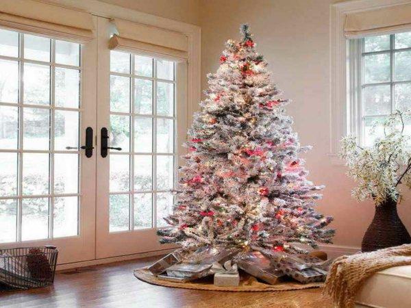 weisser-weihnachtsbaum-künstlich-gemütliche-Dekoration