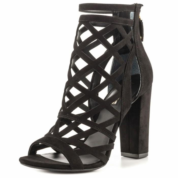 welche-schuhfarbe-zu-rotem-kleid-schwarze-sandalen-mit-loecher-interessantes-design-stabile-absaetze