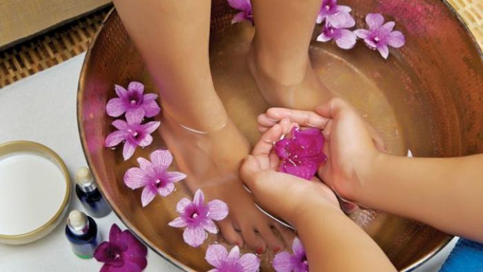 wellness- wochenende-die-füße-waschen