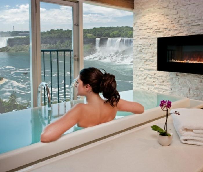 wellness- wochenende-eine-frau-in-einer-badewanne