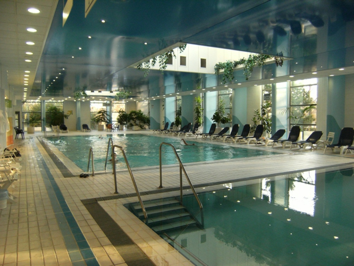 wellness -wochenende-pool-moderne-innengestaltung