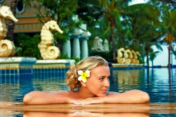 wellness-wochenende-tolles-foto-von-einer-frau-im-pool