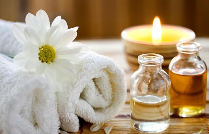 wellnesswochenende für 2 - weiße blumen und romantische kerzen