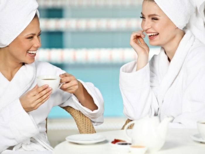 wellness-wochenende-zwei-frauen-sprechen-miteinander