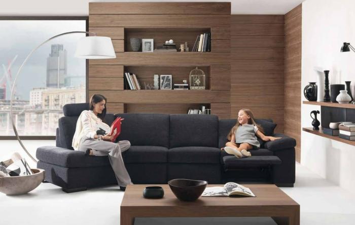 wohnwand-aus-holz-schickes-schwarzes-sofa