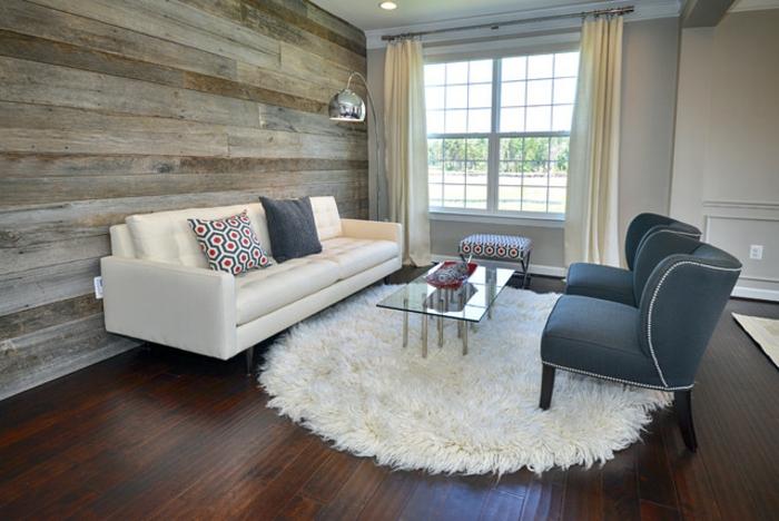 wohnwand-aus-holz-weißes-sofa-und-weißer-runder-teppich