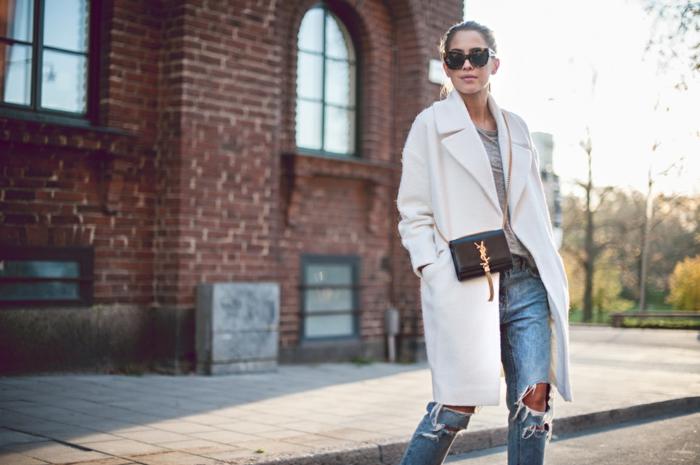 wollmantel-damen-weiß-elegant-Jeans-schwarze-Tasche-Sonnenbrille