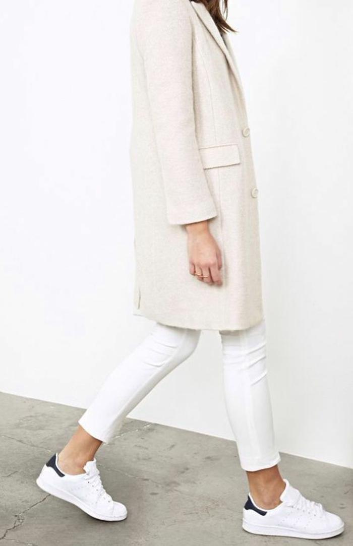 wollmantel-damen-weiße-Hosen-Turnschuhe-extravaganter-alltäglicher-Outfit
