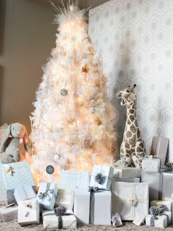 wunderschön-geschmückter-Tannenbaum-weiss-viele-Geschenke