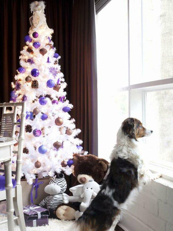 wunderschön-geschmückter-weihnachtsbaum-künstlich-lila-Spielzeuge-Hund-Fenster-Weihnachtsatmosphäre