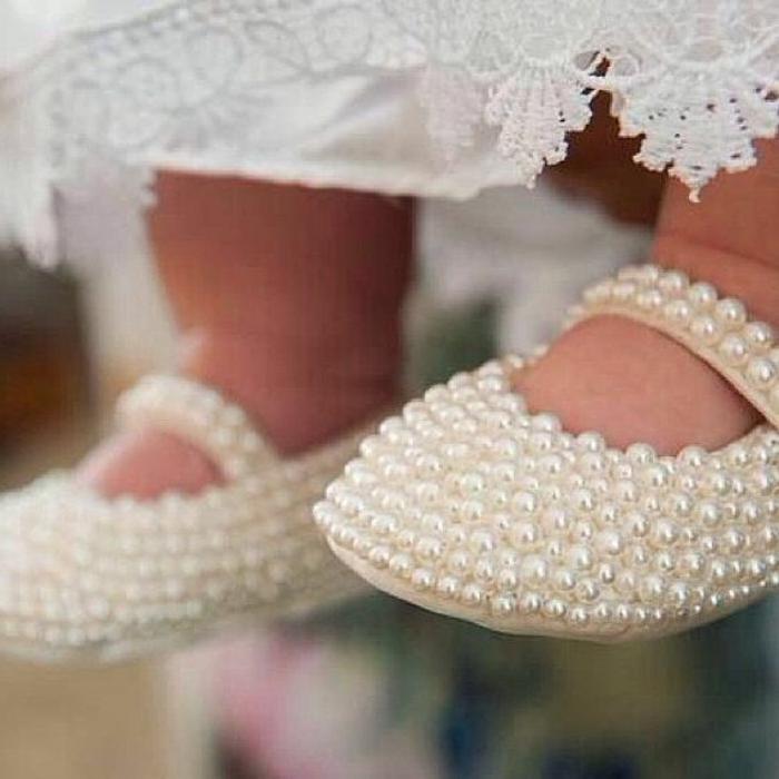 wunderschöne-Babyschuhe-Perlen-extravagant-kokett