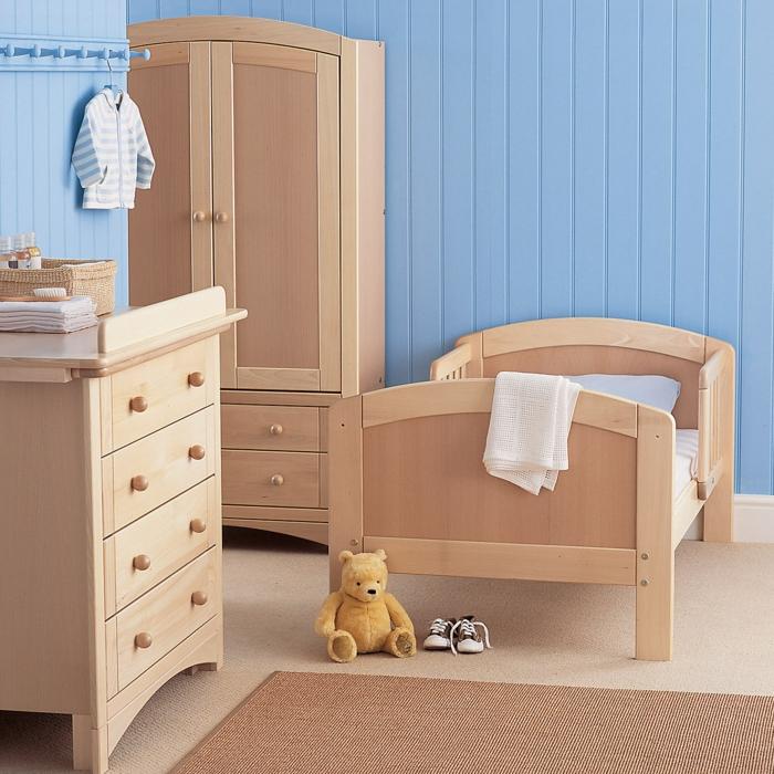 wunderschöne-Kinderzimmer-Gestaltung-hölzernes-Möbelset-blaue-Wände-Schrank-Kommode-Babybett