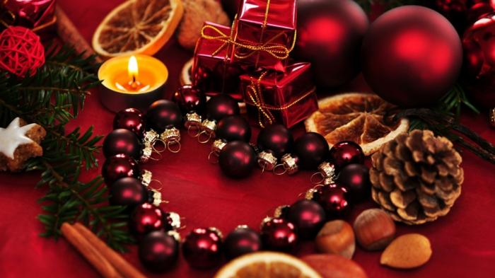 wunderschöne-Komposition-weihnachtsdeko-Tischdekoration-rote-weinrote-Nuancen