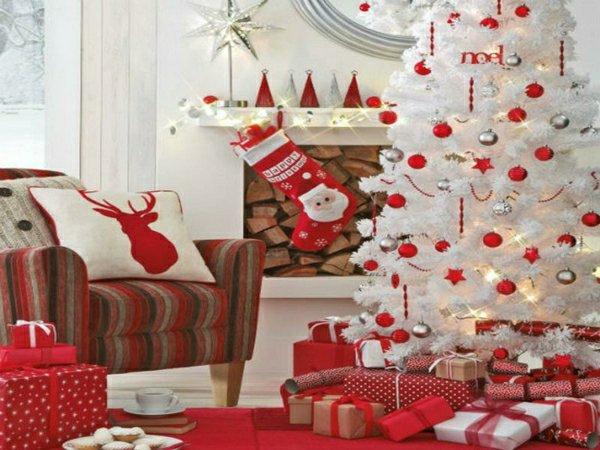 wunderschöne-Weihnachtsdekoration-weiss-rot-Tannenbaum-Spielzeug