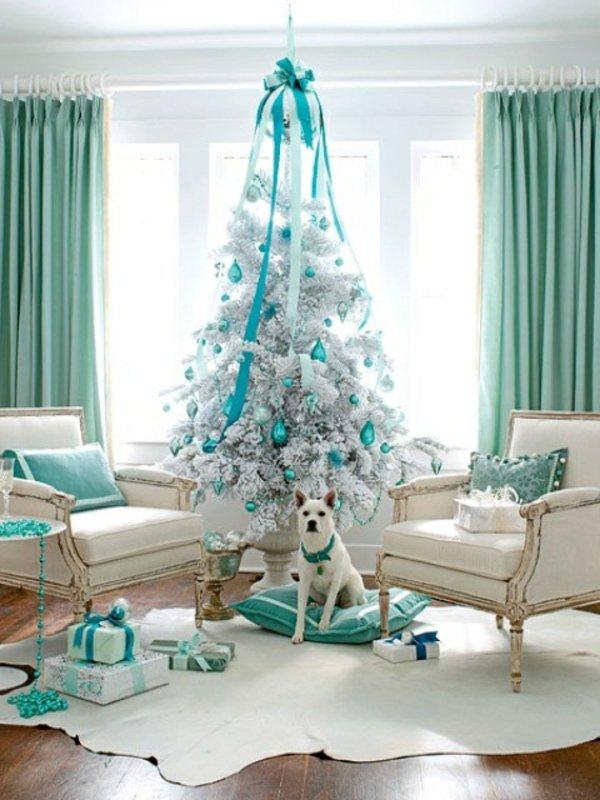 wunderschöne-Weihnachtsdekoration-weisser-Tannenbaum-Schmuck-Minze-Farbe-Geschenke-Hund