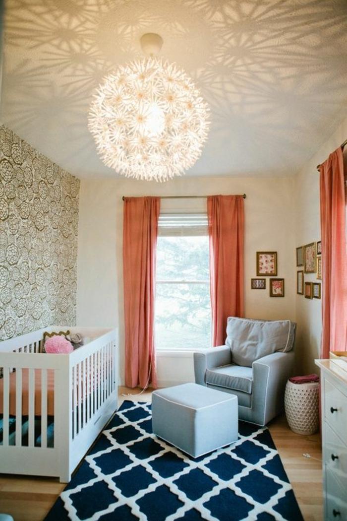 wunderschöne-Zimmer-Gestaltung-Babybett-wunderschöne-Leuchte-Tapete-goldene-Ornamente