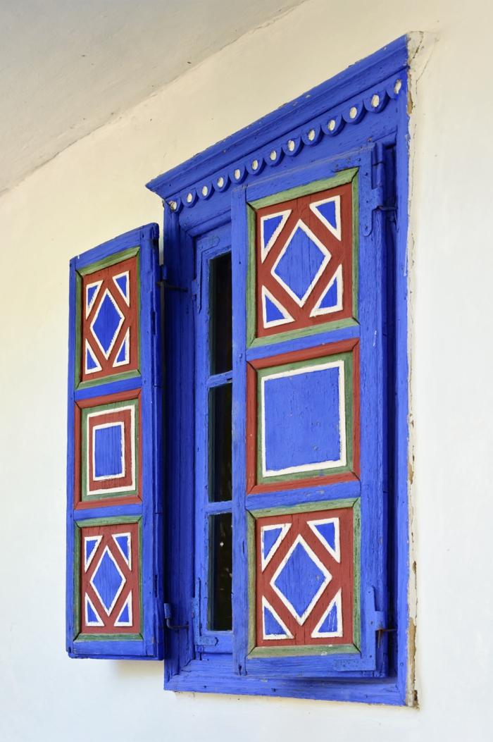 blaue-Fensterläden-ethnische-Motive