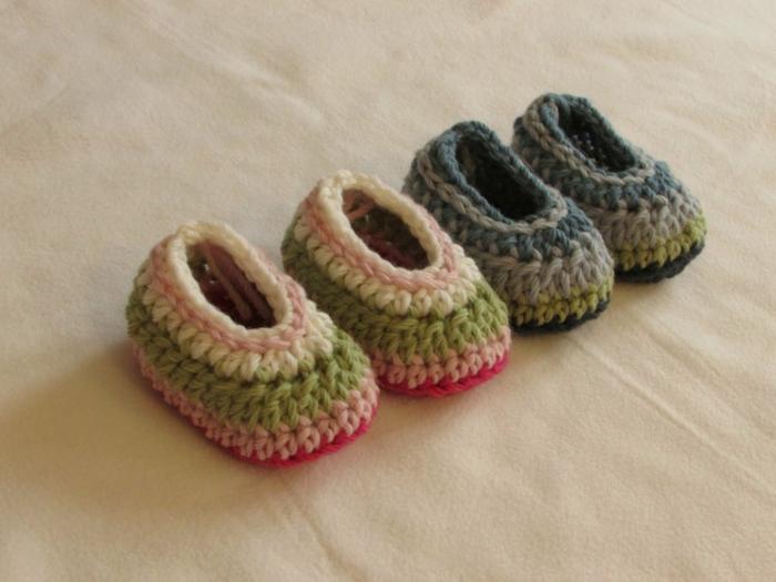 wunderschöne-gestrickte-Babyschuhe-süßes-Modell-verschiedene-Farbschemen