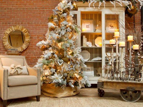 wunderschöne-vintage-Einrichtung-Kerzenhalter-Schrank-weisser-Tannenbaum-künstlich-Ziegelwand