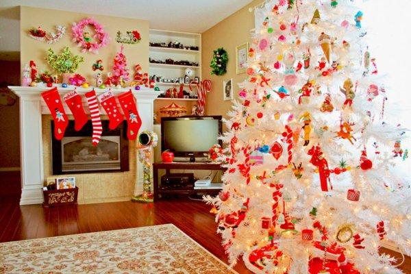 wunderschöner-weihnachtsbaum-künstlich-weiß-buntes-Spielzeug-Kamin-Socken-Geschenke