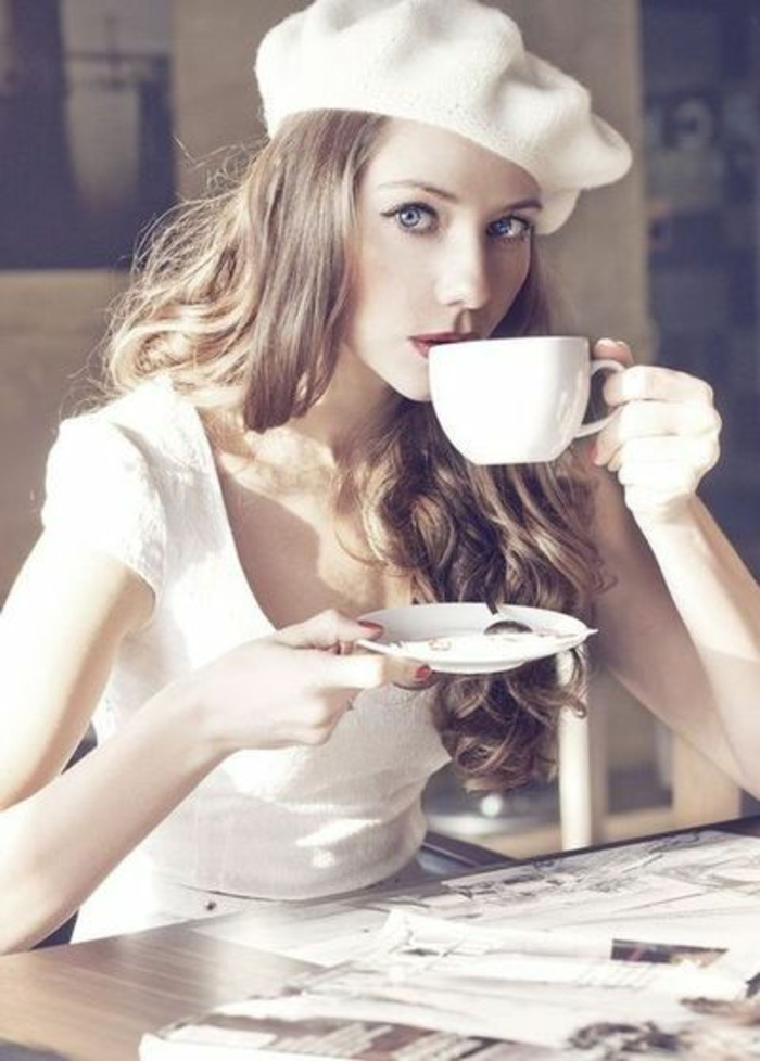 wunderschönes-Foto-weiche-Nuancen-Mädchen-weißes-Barett-mütze-französischer-hut-schick-modern-klassisches-Modell-Kaffee-trinken