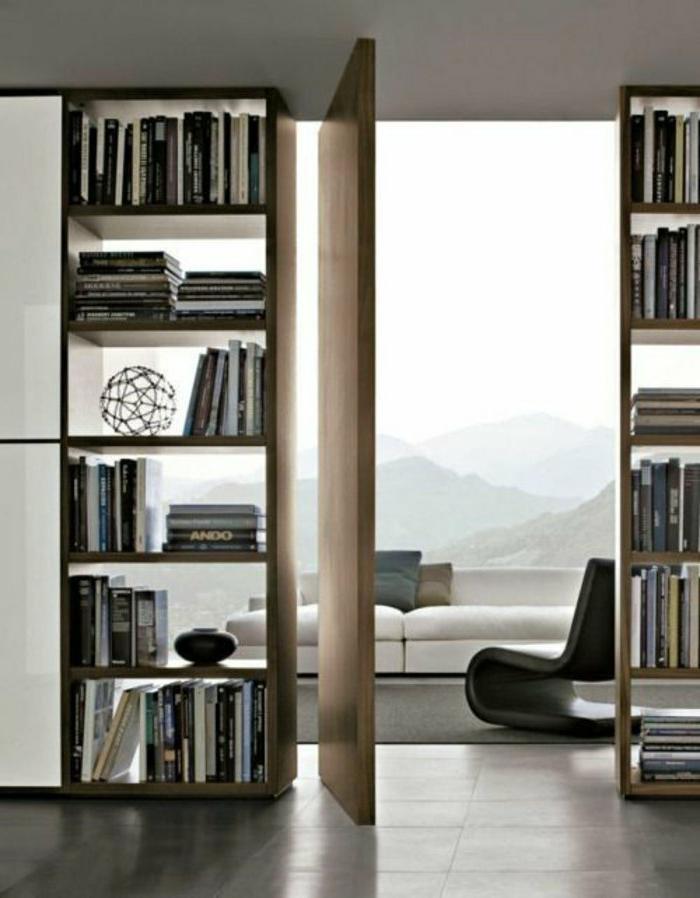 wunderschönes-Interieur-Balkon-weißes-Sofa-schwarzer-Designer-Sessel-hölzerne-Tür-einmaliges-Interieur-Bücherregale