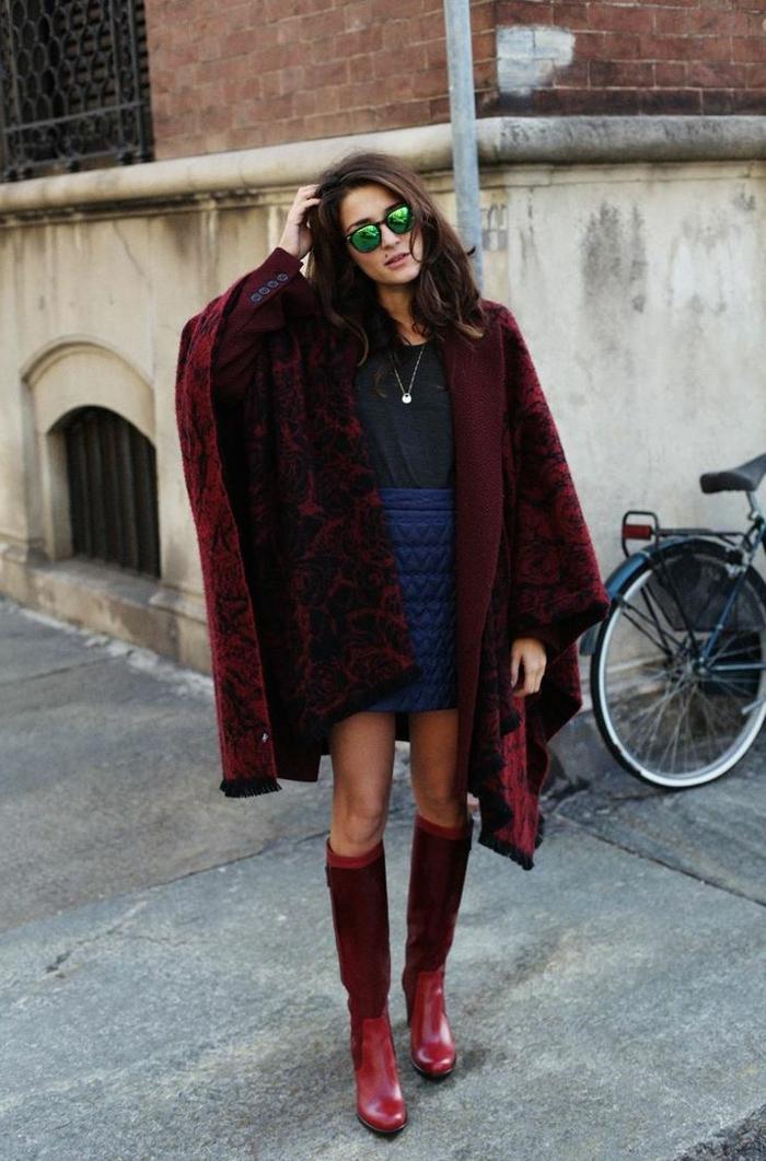 wunderschönes-Modell-Poncho-Cape-weinrote-Farbe-Stiefel