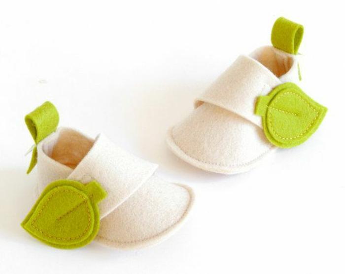 wunderschönes-Modell-kinderschuhe-Creme-Farbe-grüne-Blätter-Dekoration-zärtliches-Modell
