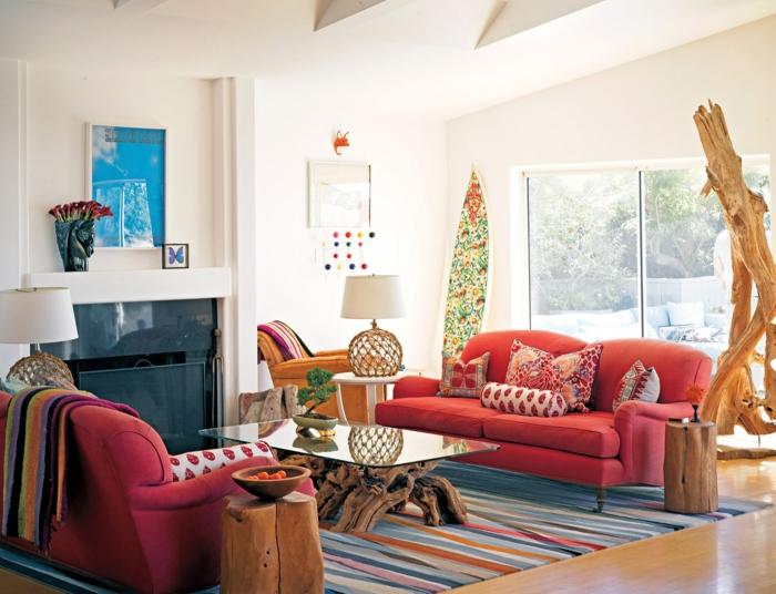 wunderschönes-Wohnzimmer-Interieur-bunte-Akzente-rote-Sofas-Treibholz-Installationen-Dekoartikel-Boho-Chic