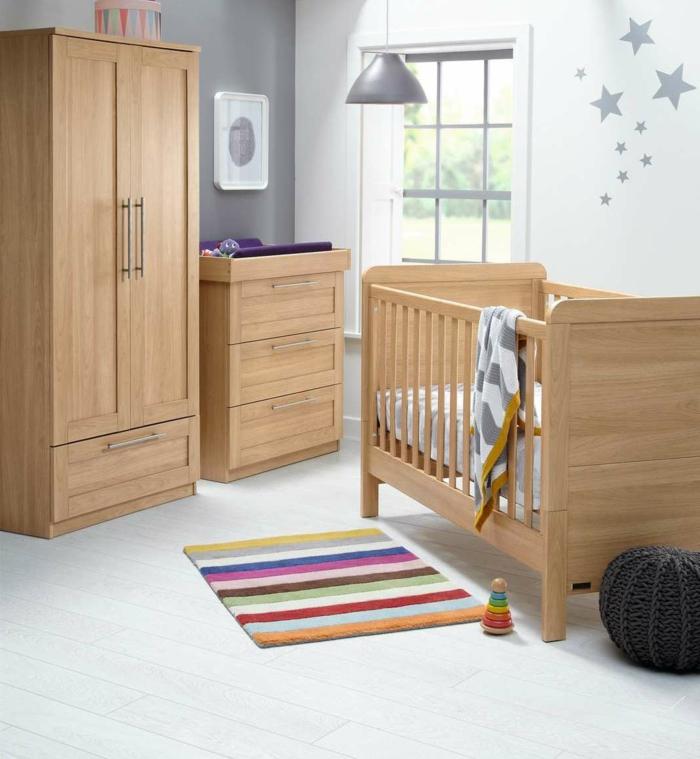wunderschönes-hölzernes-Möbel-Set-Kinderzimmer-Schrank-Babybett-Kommode-gestrickter-schwarzer-Hocker-Wandtattoos-graue-Sterne-industrielle-Lampe