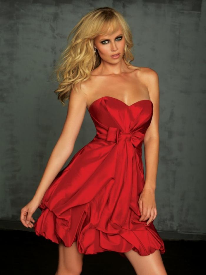 wunderschönes-rotes-modell-kurze-abendkleider-blonde-dame