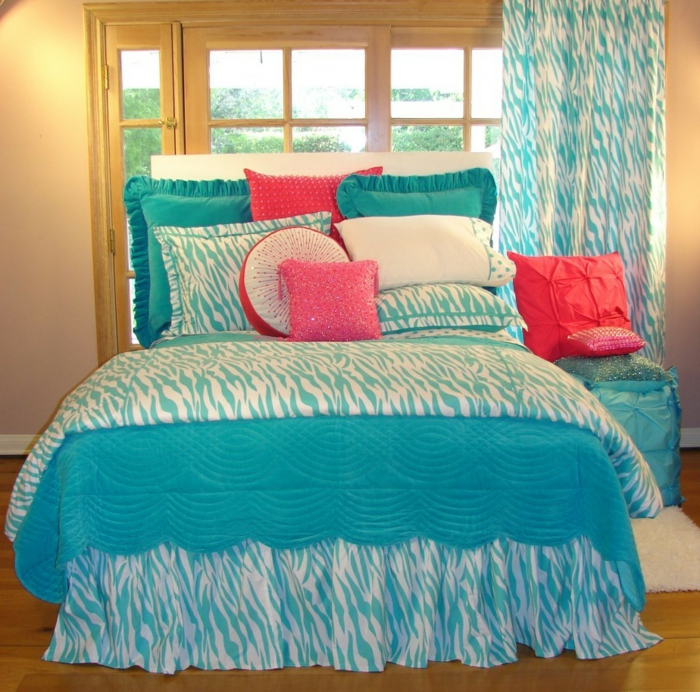 wundervolles-design-von-schlafzimmer-kissen-in-türkis-farbe