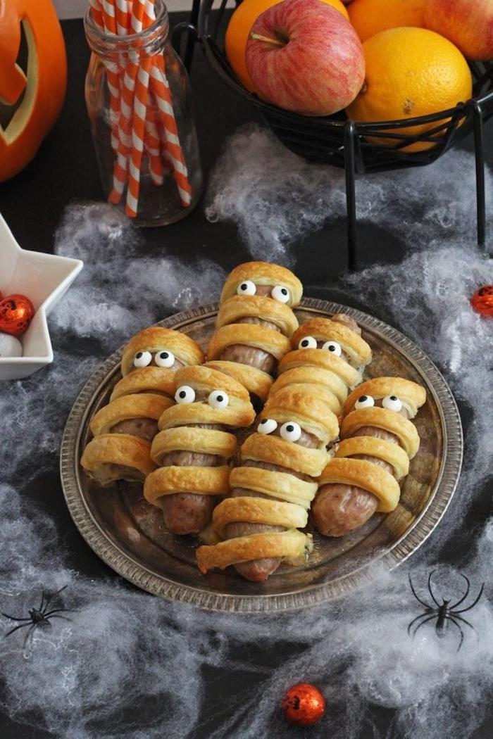 wurst mumien blätterteig mit augen halloween party essen gruselige dekoration fest für kinder schwarze spinnen