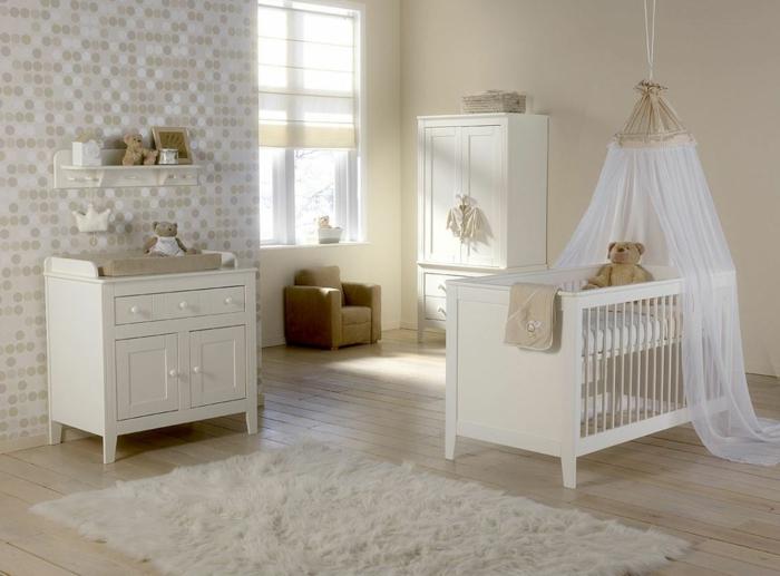 zärtliches-Kinderzimmer-Interieur-Möbel-Creme-farbe-Babybett-Baldachin-Plüschtiere-schmaler-Schrank